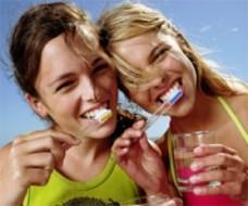 dziewczyny myją zęby